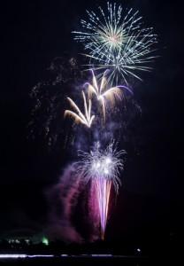 若手経営者らが住民たちへプレゼントしたサプライズ花火=7月31日、龍郷町