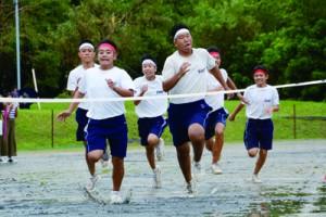 雨の中あった大和中学校の創立10周年記念体育大会=13日、大和村