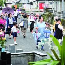 送り盆の墓参りに訪れた人々=2日、奄美市名瀬の永田墓地