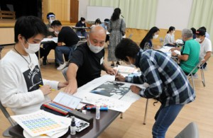班で話し合いながらグリーンマップ作りを進める参加者=20日、瀬戸内町きゅら島交流館