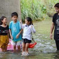 川遊びを楽しむ子どもら=21日、大和村