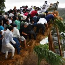 2019年に行われた龍郷町秋名・幾里の伝統行事「ショチョガマ」=19年9月6日、龍郷町秋名