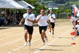 各学年の代表者が健脚を競った「スウェーデンリレー」=8日、徳之島町の徳之島高校グラウンド