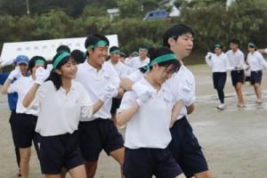 ずぶ濡れでも楽しんだフォークダンス=9日、喜界高校グラウンド