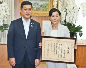 男女共同参画への活動が評価され、内閣総理大臣表彰を受けたたもつゆかりさん(右)=23日、鹿児島市の県庁