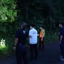 昆虫トラップが仕掛けられていたことがある場所を確認する関係者ら=15日、龍郷町(環境省奄美群島国立公園管理事務所提供)
