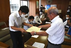 森田町長から修了証書を受け取る研修生=1日、天城町役場