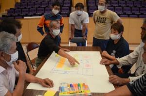 宇検村内の避難所の運営について議論を交わす村民たち=9日、宇検村湯湾の元気の出る館