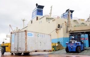 生活物資などが詰まった多くのコンテナが降ろされた和泊港=9日、和泊町