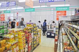 10月の税額引き上げを前に売り場に積み上げられた第3のビールなどの商品=29日、奄美市名瀬