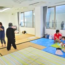 開放されたホテルの会議室に身を寄せた地元住民たち=5日午後2時半ごろ、瀬戸内町古仁屋