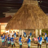「伝泊 高倉のある宿」で行われた八月踊り体験の様子=奄美市笠利町須野(奄美イノベーション提供)