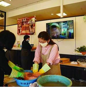 リモートで泥染めを体験する参加者(画面に山元さん)=28日、愛知県小牧市