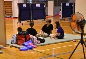 避難所で台風が過ぎるのを待つ住民ら=6日、奄美市住用町の奄美体験交流館