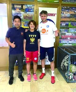 FK BREZNICAに入団した喜元選手(中央)=提供写真