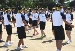 ②ソーシャルディスタンスを確保してフォークダンスを踊る3年生=8日、天城町の樟南第二高校グラウンド