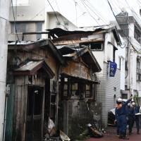 住家など5棟が全焼した火災現場=24日午前11時ごろ、瀬戸内町古仁屋