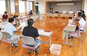 町民の感染確認を受けて開かれた天城町新型コロナウイルス感染症対策本部の会合=26日、町役場