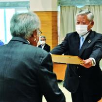 益委員長から当選証書を受け取る隈崎氏(右)=28日、喜界町役場