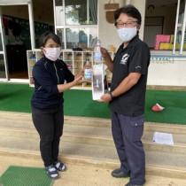 茶花こども園へ高濃度エタノール商品を寄贈する有村工場長(提供写真)