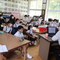 インターネット利用の注意点などを学ぶ児童ら=10日、奄美市笠利町(提供写真)