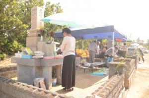 墓の入り口にススキを差して墓前にごちそうをお供えし、先祖を祭るシバサシー=25日、喜界町小野津地区