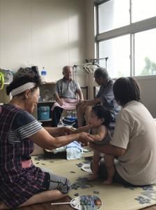 避難所で協力しながら過ごす小野津集落の住民ら=6日、喜界町
