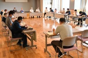 2人目の感染者の報告や今後の感染拡大防止策を協議した天城町新型コロナウイルス感染症対策本部会議=27日、町役場