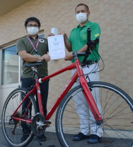 「自転車通勤推進宣言団体」に認定された和泊町の職員=11日、同町
