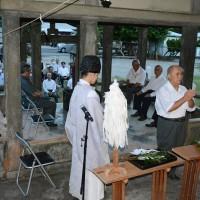 約40人が参列した偲ぶ会の例祭=24日、和泊町の南洲神社