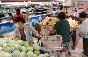 買い物で混雑する小売店=9日、和泊町のAコープ和泊店