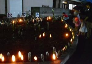 高齢者の長寿を祝い、県道沿いの花壇などに飾られた竹灯籠=21日、知名町田皆