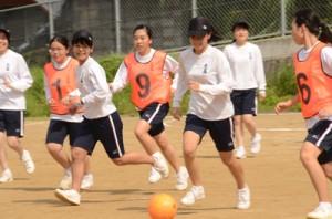 グラウンドで元気よくボールを追う生徒たち=3日、奄美市名瀬の大島高校