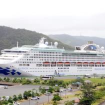 名瀬港に寄港した7万㌧級の大型客船「サン・プリンセス」=2018年7月、奄美市名瀬