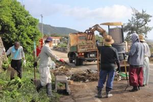 台風10号で出た災害ごみを回収する清掃作業の参加者=7日、喜界町阿伝
