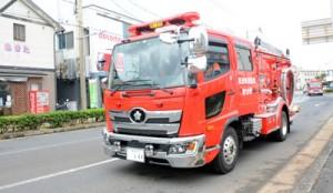 防災啓発活動で町内を巡回する消防車両=9日、和泊町和泊