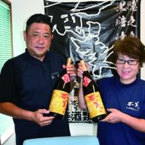 100歳以上の長寿者に奄美黒糖焼酎を贈る奄美酒類の中村代表取締役(左)ら=14日、徳之島町亀津