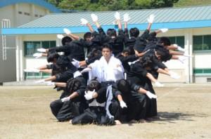 迫力のある演舞を披露した応援団=8日、瀬戸内町の古仁屋高校