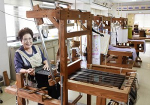 本場奄美大島紬協同組合が開設した機織り工房=14日、奄美市名瀬