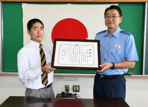 感謝状を受け取った井さん(左)と田中署長=28日、徳之島署