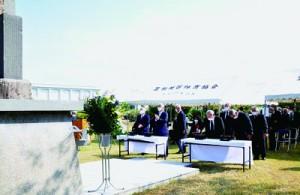 焼香し、慰霊碑に祈りをささげる招魂祭式典の参列者=16日、奄美市笠利町