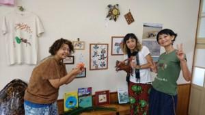 グループ展を開いている(右から)あおきさん、mimiwnさん、まぶこさん=2日、瀬戸内町のかけろま手しごと工房