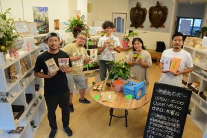 和泊町のみじらしゃ通りに物産処てぃだを開設した町物産組合の組合員=5日、同町和泊