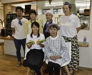 奄美大島で島暮らしを体験中の古山さん(前列左)とサポートするイモーレ秋名のスタッフら=24日、龍郷町幾里