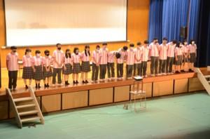 日常の学校生活を動画にして上映した3年C組=31日、奄美市笠利町の県立大島北高校