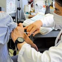 10月1日から高齢者優先で始まったインフルエンザワクチン接種=1日、奄美市(写真と本文は直接関係ありません)