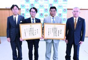 文部科学大臣表彰を受賞した福氏(左から2人目)と伊藤氏(同3人目)=23日、徳之島町役場