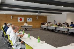新型コロナウイルスの影響ついて各機関・団体の報告があった検討会=1日、奄美市役所