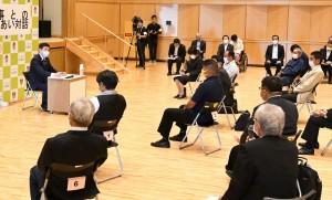県内初開催の「知事とのふれあい対話」で住民から意見を聞く塩田知事(左)=24日、天城町天城