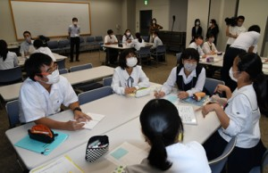 第2回準備委員会で、1000日前イベントの構成についてアイデアを出し合う高校生ら=9月20日、鹿児島市